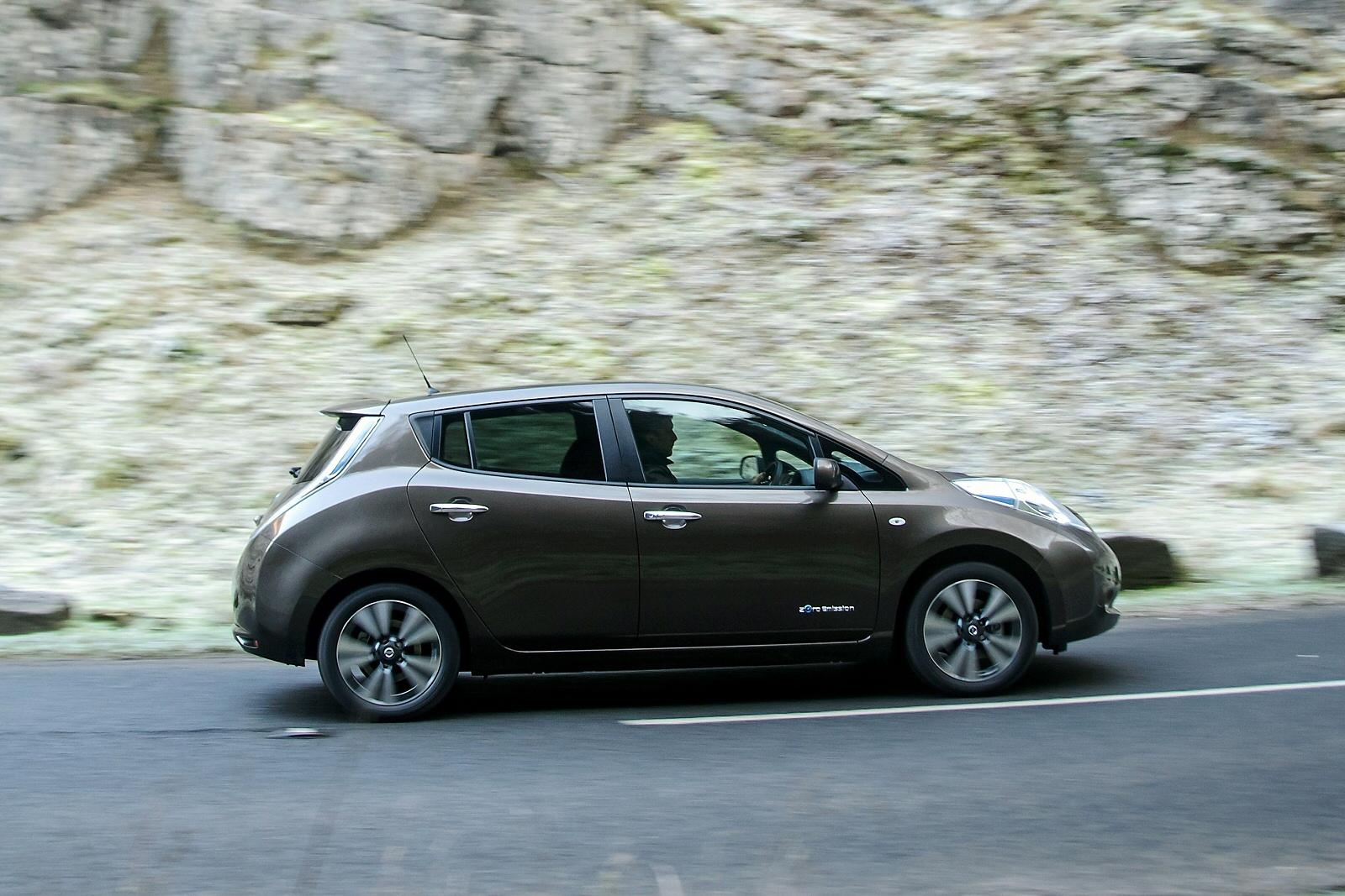 nissan leaf tekna 30kwh 5dr auto 6 6kw charger electric hatchback for sale the taxi centre. Black Bedroom Furniture Sets. Home Design Ideas