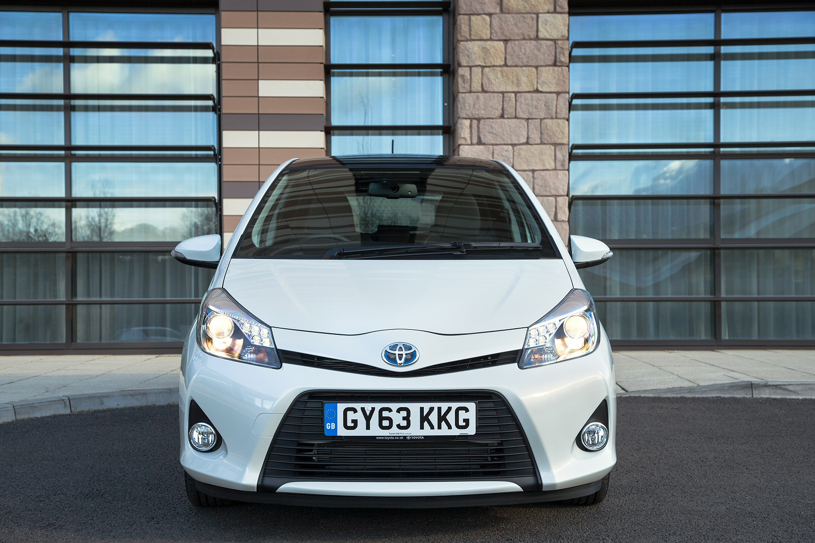 new toyota yaris 1 5 hybrid blue bi tone 5dr cvt hybrid hatchback for sale bristol street. Black Bedroom Furniture Sets. Home Design Ideas