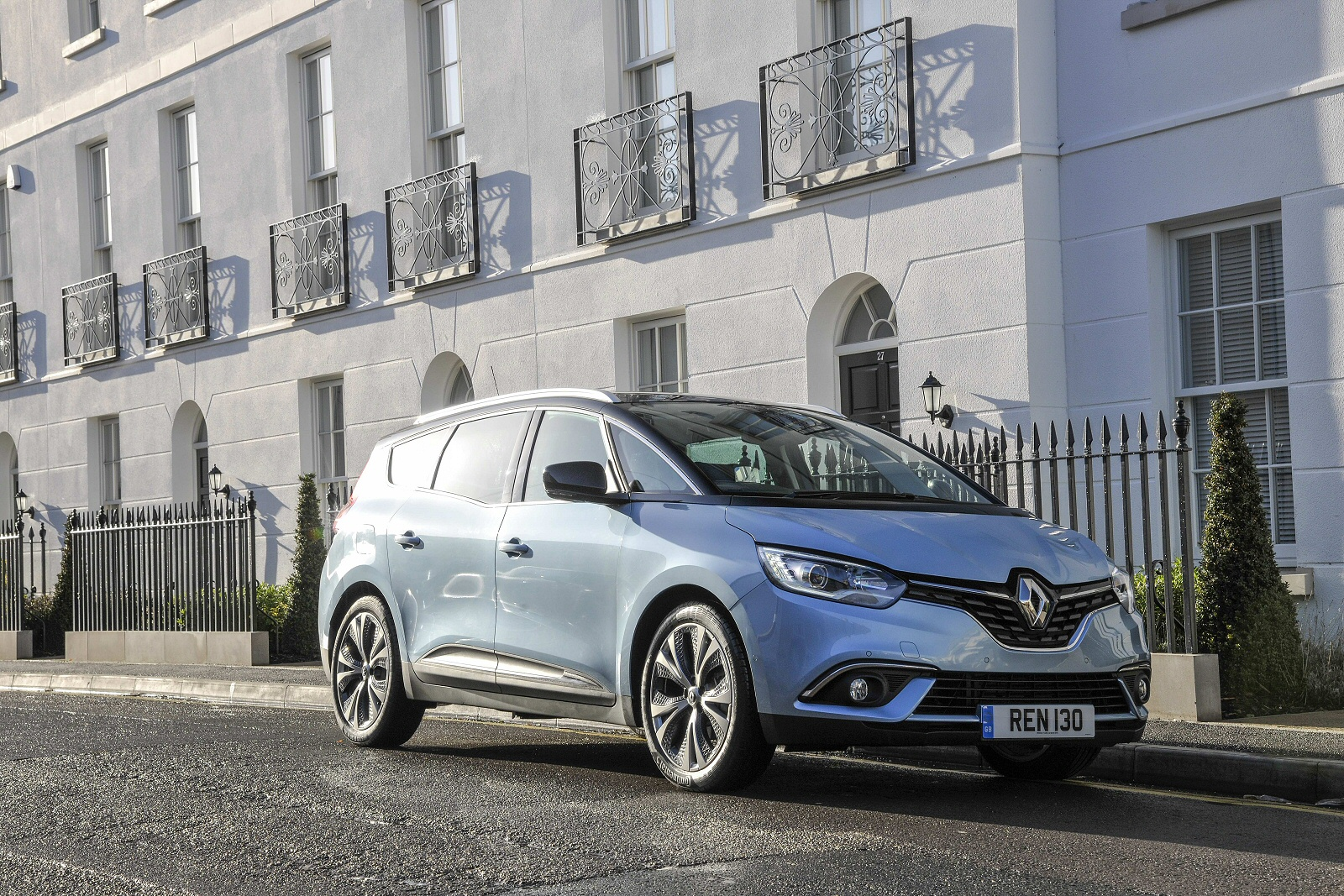new renault grand scenic 1 5 dci hybrid assist signature nav 5dr diesel electric hybrid estate. Black Bedroom Furniture Sets. Home Design Ideas